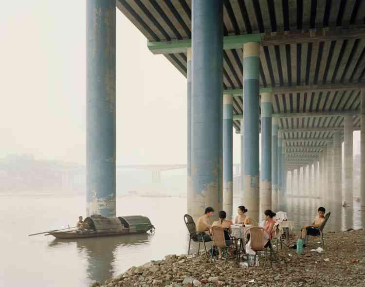 « Les tons feutrés des photographies de Nadav Kander,réalisées sur trois ans, saisissentl'air fortement pollué qui étouffe le Yang-Tsé, depuis son embouchure jusqu'à sa source.»