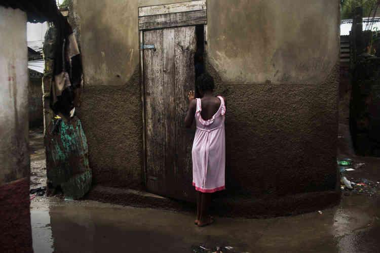 Une jeune femme, dans une ruelle d'Haïti. Dans ce pays détruit par un séisme en 2010, la défécation en plein air est une pratique courante. Les eaux souillées des ruelles inondées transportent et répandent des maladies parfois mortelles, comme le choléra. Une situation qui n'a fait qu'empirer après le passage de l'ouragan Matthew, en 2016. Pour les femmes, ce moment de la journée est aussi celui où elles sont le plus vulnérables : seules dans des endroits retirés, elles sont exposées à d'importants risques d'agressions sexuelles. La photographe américaine Andrea Bruce s'est penchée sur ce sujet épineux dans une série de reportages, également réalisés en Inde et au Vietnam, où ce problème sanitaire est aussi un fléau.