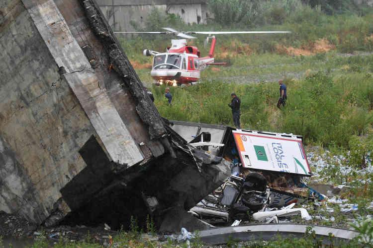 Certains habitants proches des lieux ont confié à la télévision Rai avoir d'abord pensé à «un tremblement de terre» en entendant le bruit assourdissant du pont qui s'écroulait.