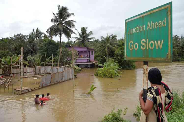 Plus de 10 000 km de routes ont été endommagées ou détruites, a en outre annoncé le gouvernement local, qui a ordonné d'ouvrir les vannes de 34 barrages et réservoirs où l'eau a atteint un niveau jugé dangereux.
