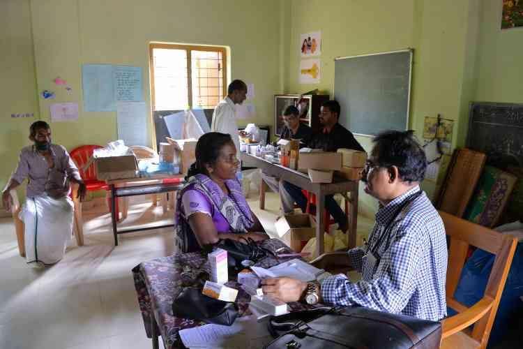 Un médecin examine un patient dans le centre médical d'un camp de secours de Kozhikode, le 17 août.Selon Pinarayi Vijayan, le chef du gouvernement local, 223 139 sans-abri ont trouvé refuge dans 1 500 camps installés pour les accueillir.