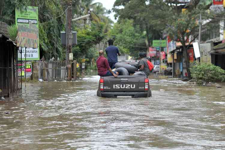 Des membres du Kerala Adventure Sports Club transportent du matériel de secours.Un responsable local a confirmé que la panne des réseaux locaux de communication compliquait la capacité à entrer en contact avec les habitants des zones les plus touchées, nécessitant potentiellement une aide d'urgence.