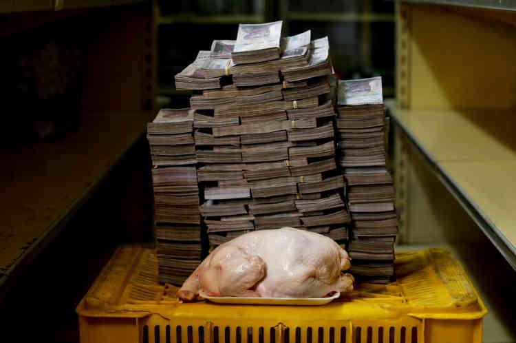 Un poulet de 2,4kilos: 14600000 bolivars (environ 2,22dollars américains).