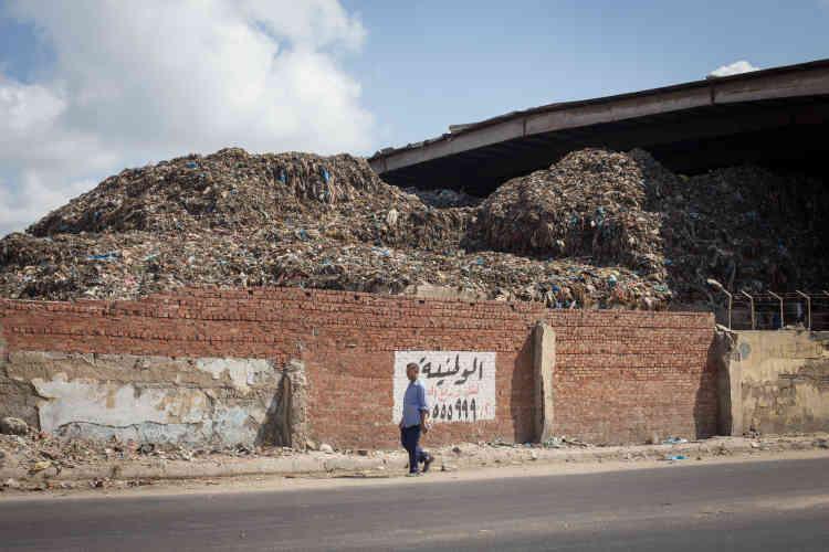 Signé en 2001, le contrat avec le governorat d'Alexandrie constituaitle plus important contrat international conclu par Veolia, avec l'embauche de 5000 personnes. Il s'agissaitégalement du plus grand projet de privatisation de la gestion des déchets dans le monde arabe.