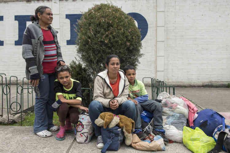 La famille Berio fait une pause sur le chemin, peu après Tulcán.«Nous avons vécu dix mois à Cucuta [en Colombie, près de la frontière avec le Venezuela]. Nous n'avons pas pu y rester car il y avait trop de Vénézuéliens et pas de travail. Au Pérou, nous espérons trouver un travail qui nous permettra d'avoir une vie digne. Il y a parmi nous deux hémophiles et nous n'avons pas accès aux médicaments.»