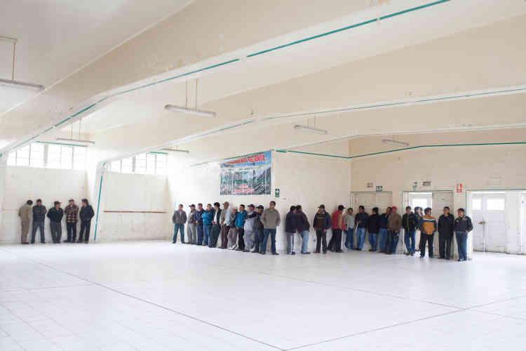 Des ouvriers de La Oroya assistent à une assemblée générale sur le processus de liquidation de l'entreprise. Si l'Etat péruvien a gagné contre Renco pour vice de procédure, l'affaire n'aura jamais été jugée sur le fond et sur les répercussions sanitaires.