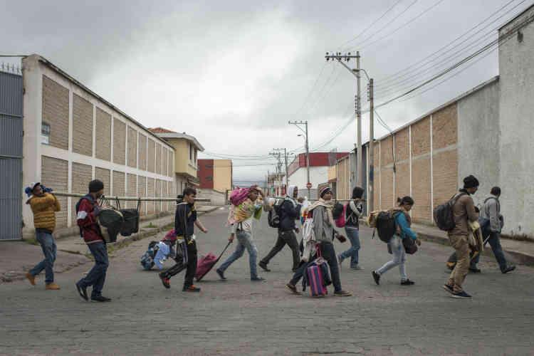 Certains migrants sans passeport ont décidé de passer « en force » bien qu'il n'y ait pas de contrôle et que la police laisse faire. A Tulcán, en Equateur, ce groupe de 300 personnes poursuit son trajet vers le Pérou.