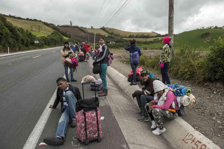 Des migrants attendent le passage de camion pour faire du stop et poursuivre leur trajet vers le Pérou.