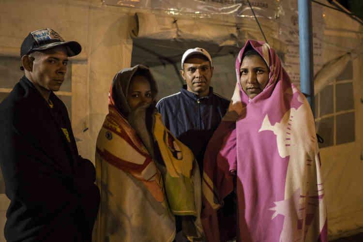 Un groupe de Vénézuéliens sans passeport, sur la route depuis huit jours. La Croix- rouge équatorienne a installé des tentes pour accueillir les migrants à la frontière.