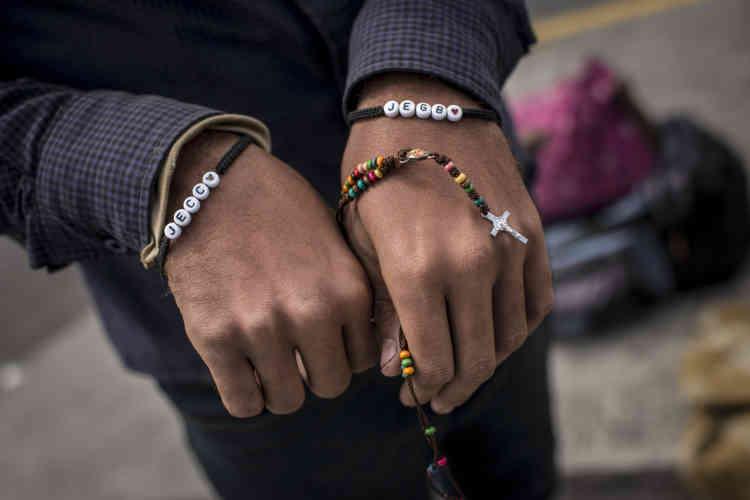 Un migrant montre les bracelets sur lesquels figurent les lettres des prénoms de son frère et de sa sœur, restés au Vénézuela. Il a perdu sur le chemin ce qu'il désigne comme son bien le plus important : une chaîne que son frère lui avait donnée.