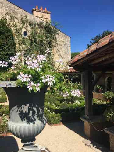 Jouxtant le Bâtiment, le cloître, fleuri, est bien constitué des quatre carrés symboliques, mais la fontaine n'en occupe pas le centre et est adossée à un mur.