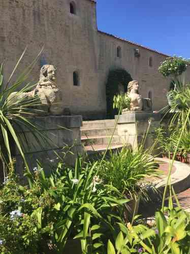 Les deux sphinges encadrent un escalier aux marches convexes puis concaves qu'aurait pu dessiner le paysagiste anglais Russell Page.