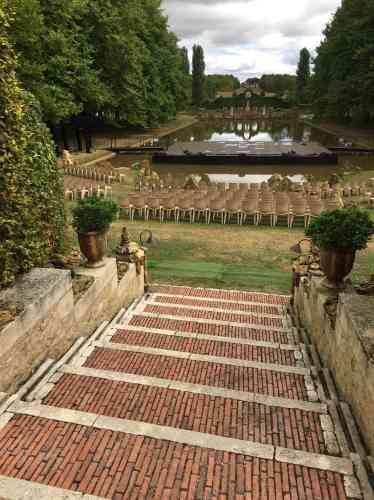 Les deux rigoles évoquent les jardins arabo-andalous. Quant aux marches, leur axe est dévié, produisant un effet (délibéré) de surprise.