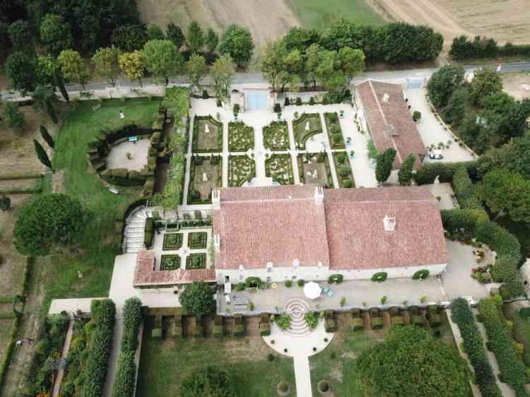 Les jardins créés de toutes pièces par William Christie, grand connaisseur de leur histoire, se succèdent autour du bâti: à l'arrière-plan,la cour d'honneur, puis les communs et le jardin rouge; au premier plan, la terrasse et les parterres; à gauche, le cloître et le théâtre de verdure.
