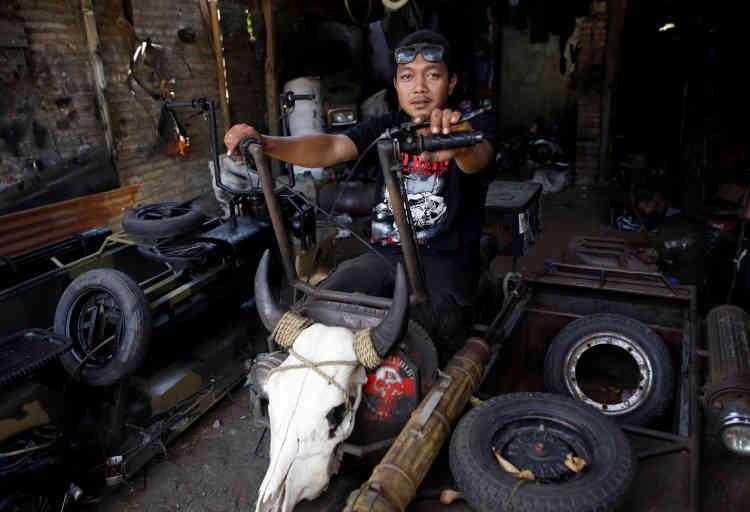 Yogi Hermawan Saifullah est le propriétaire d'un atelier qui construit des «Vespas de l'extrême», dans sa boutique de Kediri, dans l'est de l'île de Java.