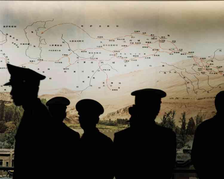 Le muséede la régionautonome ouïghouredu Xinjiang.À l'arrière-plan,le tracé del'ancienne Route de la soie dansla région.