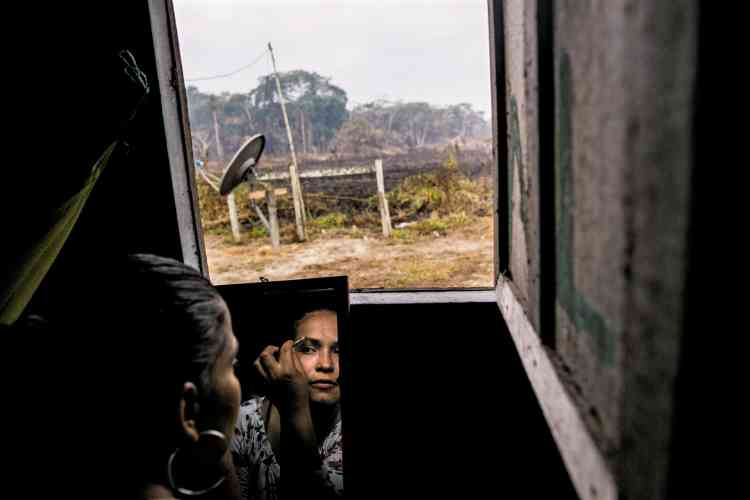 Voici deux ans que l'accord de paix entre le gouvernement et le groupe des Forces armées révolutionnaires de Colombie (Farc) a été signé. Et les anciens combattants réapprennent les gestes du quotidien dans des camps de transition. Petità petit, ilsrenouent avec leurs proches et tentent de se réinsérer dans la société pour mener une vie ordinaire. Une renaissance que la photographe Catalina Martin-Chico – lauréate du prix Canon de la Femme photojournaliste 2017– a choisi d'illustrer par celles qui l'incarnent le mieux: les femmes. Depuiscinquante-trois ans, être guérillera et devenir mère était incompatible. Certaines ont été contraintes àl'avortement, d'autres ont dûabandonner leurs enfants. Elles sont des centaines àavoir accouché depuis qu'ellesont rendu les armes. Unbaby-boom qui donne l'espoir d'un nouveau départ àla Colombie.