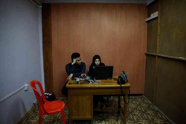 Une séance de montage, dans le bureau de son ami Aung San Oo.
