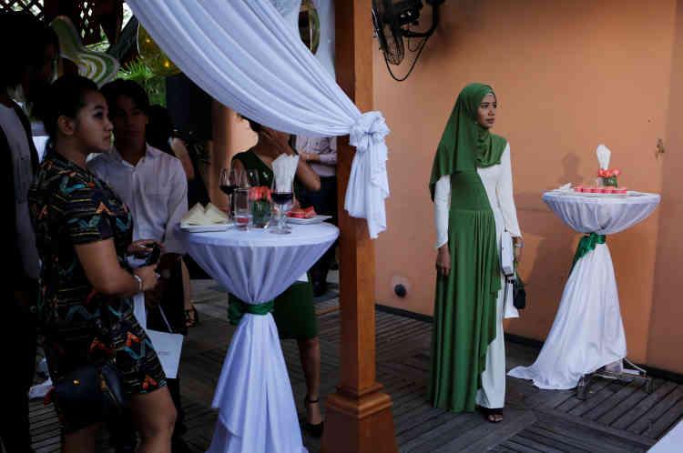 La jeune fille assiste au lancement de produits de beauté avec d'autres blogueurs beauté à Rangoun.