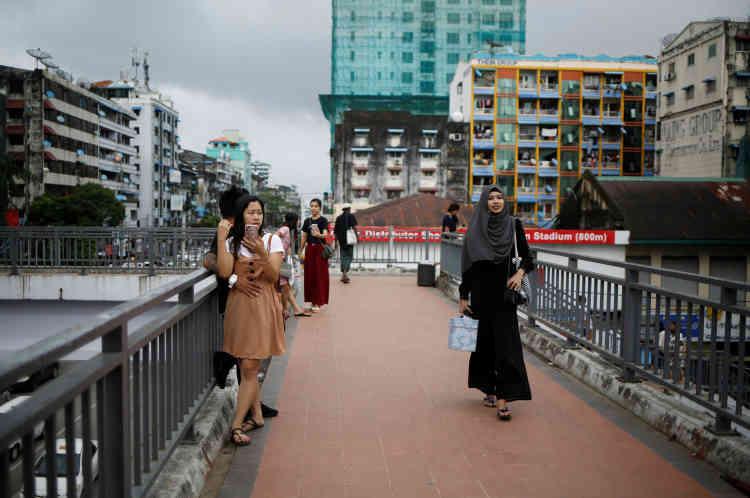Win Lae Phyu Sin rentre chez elle après avoir donné un cours de maquillage dans le centre-ville de Rangoun.