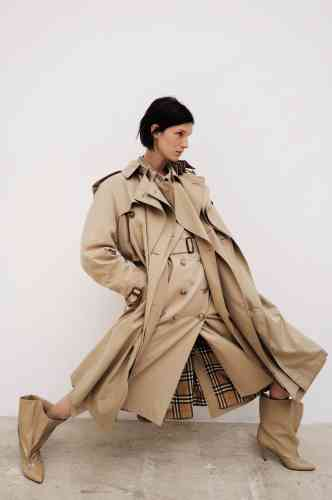 Trench-coat heritage en coton Chelsea et trench heritage en coton Kensington enfilés les uns sur les autres, Burberry. Bottines en cuir zippées, Givenchy.