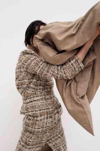 Veste tailleur et jupe en tweed, Chanel. Top col roulé en maille technique et étole en coton, Jil Sander.
