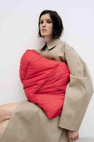 Trench-coat Mackintosh oversized, manches en nylon matelassé, Maison Margiela.