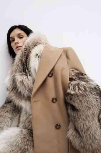Fourrure oversized, Céline. Cape en laine beige, Michael Kors.