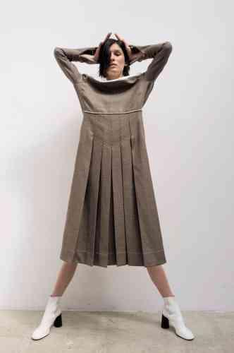 Robe en laine plissée et col en cuir, Fendi. Bottines en cuir lisse, Céline.