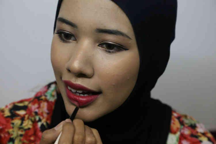 Win Lae Phyu Sin lors d'une séance de maquillage.