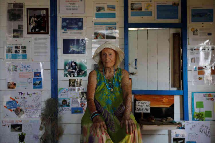 June Haimoff, aussi appelée Captain June, dans sa cabane sur la plage d'Iztuzu près de Dalyan en Turquie le 1er août. «Quand j'ai vu pour la première fois une tortue de mer en train de pondre, j'ai regardé sans bouger. J'en pleurai. À partir de ce jour, j'ai commencé à collecter toutes sortes d'informations à leur sujet.»