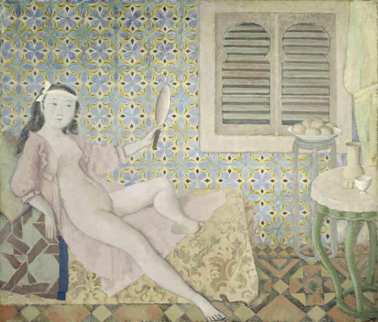 """« """"La Chambre turque"""" fut peinte dans les années 1960, alors que Balthus était directeur de l'Académie de France à Rome et qu'il vivait à la Villa Médicis. Le tableau surprend par son abondante ornementation aux réminiscences orientales. Une femme gracile se prélasse dans une robe de chambre ouverte, comme une odalisque sur un divan, et se contemple dans un miroir au milieu de la fameuse """"chambre turque"""" de la Villa. Enfin, regarde-t-elle vraiment ce miroir?»"""
