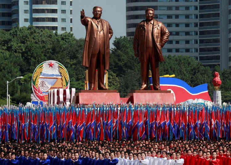 Les défilés ont eu lieu sous le patronage des statues des précédents dirigeants du pays, Kim Il-sung et Kim Jong-il.