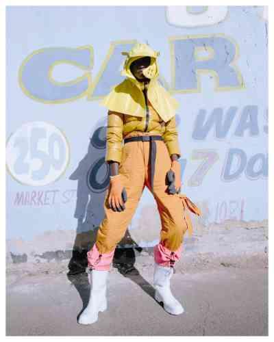Doudoune en nylon, Herno. Pantalon en coton, Chalayan. Capuche en nylon, Maison Margiela. Ceinture en coton, Carhartt WIP. Gants en polyester, Dexter. Bottes en cuir et nylon, Prada.Mannequins : Hauwa @Ice Models Johannesburg, Lolo @boss models Johannesburg, Yemi @boss models Johannesburg. Assistant photographe : Alonzo Strauss. Coiffure : Jawara @Bryant artists. Maquillage : Orli Meiri @Lampost. Assistant numérique : Tatenda Chidora