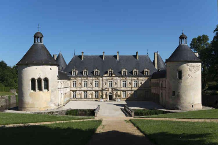 Le château de Bussy-Rabutin à Bussy-le-Grand, en Côte-d'Or.Le plus célèbre propriétaire des lieux fut lecomte Roger de Bussy-Rabutin(1618-1693),généraldesarmées royalesduroi Louis XIV,courtisande lacour de France,philosopheetécrivain épistolaire,pamphlétaire,satiriqueetlibertin, par ailleurs membre de l'Académie française.