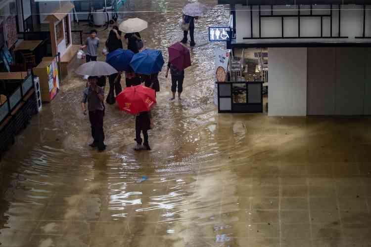 Dans un centre commercial inondé à Hongkong, le 16 septembre.La population a passé son dimanche terrée dans les appartements en attendant que cela passe, assistant au spectacle des gerbes d'écume dans l'emblématique baie, pourtant en théorie protégée, de Victoria Harbour.