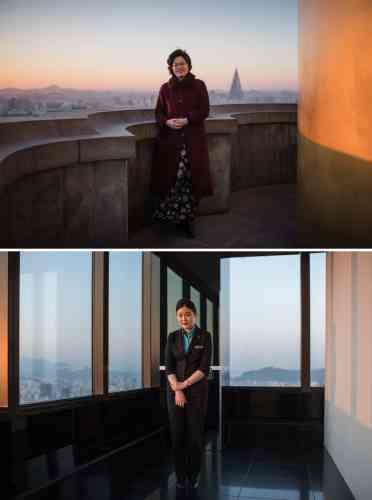 En haut, la guide touristique nord-coréenne Choi Hee-ok sur la plate-forme panoramique de la Juche Tower, où elle travaille, à Pyongyang. En bas, la guide sud-coréenne Bang Sung-hee sur le pont panoramique du phare 63, à Séoul.