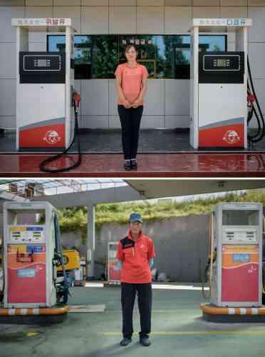 En haut, Kim Su-hyang (18 ans), employée d'une pompe à essence située sur la route Pyongyang-Nampho. En bas, un pompiste sud-coréen posant pour une photo dans une station-service près de Goyang.