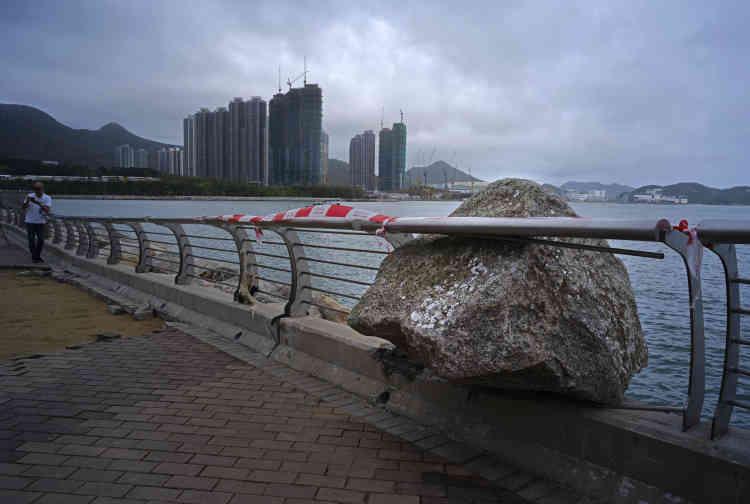 A Hongkong, le 17 septembre.Le grand nettoyage s'est intensifié lundi dès les premières heures alors que les employés peinaient à rejoindre leur travail dans des rues couvertes de débris.