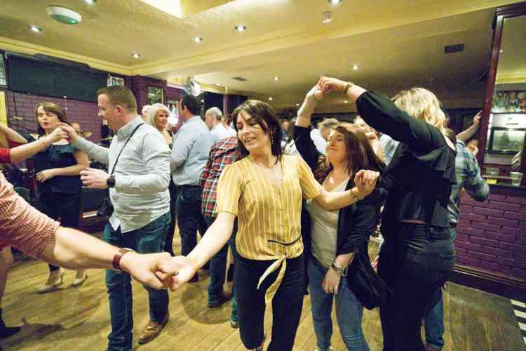 Les participants peuvent danser de la fin de la matinée jusqu'aux aurores, tous les jours.