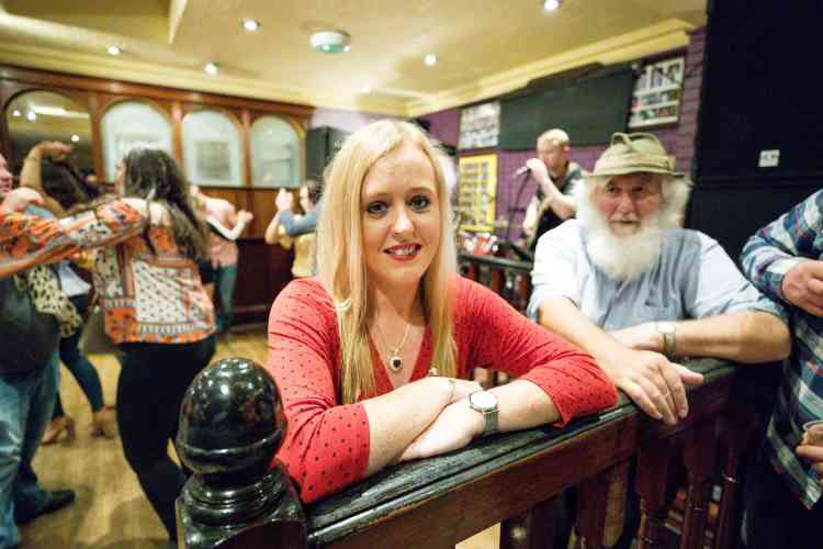 Au Matchmaker Bar, Claire S. est une trentenaire venue du comté de Cork. L'édition 2017 avait attiré près de 80000 personnes, celle de cette année s'annonce du même ordre.