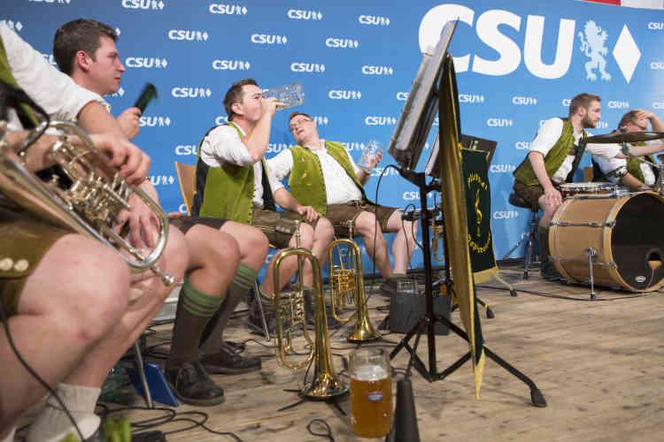 Des musiciens traditionnels jouent sur scène après la fin du discours de Markus Söder.