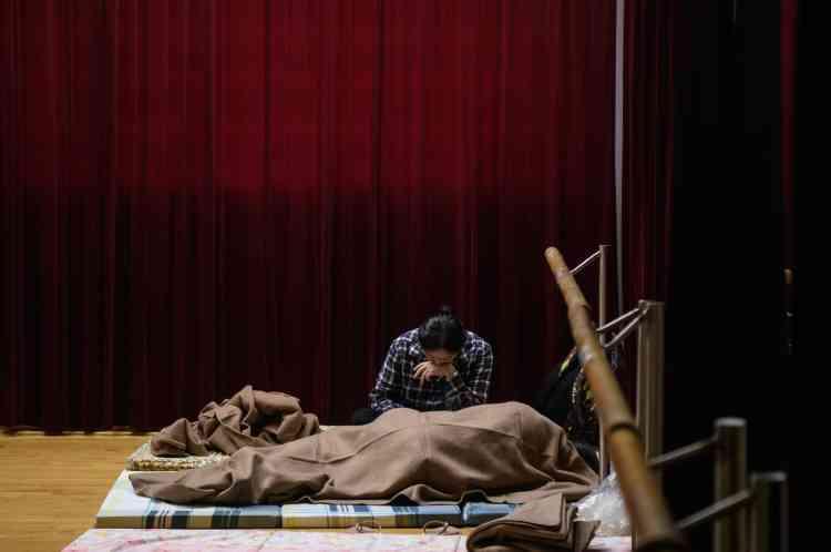 Une femme se repose dans un refuge pour les habitants du village de Lei Yu Mun à Hongkong, le 16 septembre.L'Observatoire de Hongkong – agence de prévisions météorologiques du gouvernement de la ville – a indiqué que Mangkhut était le cyclone le plus puissant à avoir frappé la ville depuis 1979 et a enregistré des rafales soutenues à 195 km/h.