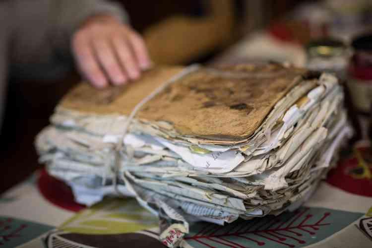 Un registre relié cuir datant de 1860 et appartenant à ses ancêtres est devenu son talisman : «Quiconque pose sa main sur le registre se mariera dans les six mois. C'est un peu magique.»
