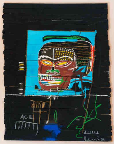 """«Les lattes de bois, qui ressemblent à celles d'une palissade, servent non seulement de support à la peinture mais deviennent des éléments de l'œuvre elle-même. Comme dans """"Combines"""", de Robert Rauschenberg (1954-64), Basquiat intègre dans ses compositions la présence d'objets et de matériaux issus du quotidien.»"""