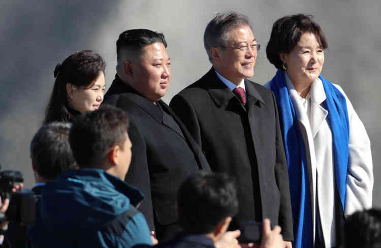 «Un de nos vieux proverbes dit que nous saluons le soleil sur le mont Paektu et que nous saluons l'unification sur le mont Halla», a commenté l'épouse du dirigeant nord-coréen, Ri Sol-ju (à gauche).