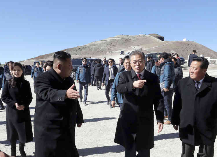Les biographies officielles nord-coréennes font de la montagne le lieu de naissance du père de Kim Jong-un, Kim Jong-il. Les historiens étrangers affirment quant à eux que Kim Jong-il est né en Union soviétique.