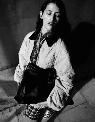 Manteau multicouches matelassé en nylon et sac en cuir imprimé, Balenciaga.