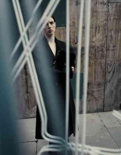 Manteau en laine et jean, YProject. Sac en cuir matelassé, Chanel.
