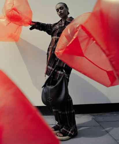 Manteau et pantalon à carreaux en laine et soie, Acne studios. Sac Large Selby en cuir grainé, Mulberry. Sandales en cuir avec semelles en caoutchouc, Loewe.Casting : Hollu Cullen, avec Gina Atkinson. Assistants photographe : David Gilbey, Max Tomlinson et Louise Oats. Assistants stylisme : Daisy Toogood, Elle Britt et Emma Curtis. Coiffure : Eugene Soulieman, avec Pablo Kuemin, Gabriel de Fries, Franziska Presche et Meekyung Kim. Maquillage : Lauren Parsons, avec Kanako Yoshida et Helena Kastensson. Manucure : Ami Atreets @LMC. Scénographie : Janina Pedan, avec Miranda Keys @the magnet agency. Production : Emily Miles, avec Leo Marcus @mini title.
